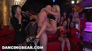 Tancování mládě - gigantický čurák hřebečci prak čurák ve striptýzovém klubu během oblečené ženy nahý muž mejdan