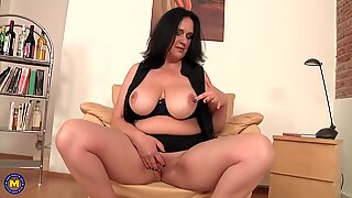 Posh mother with curvy body and soaking wet vagina