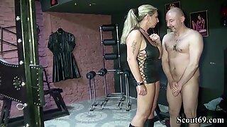 Zwei Deutsche Dominas ficken mit ihrem Sklaven im Domina Studio
