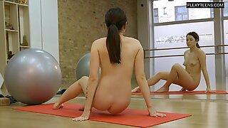 Saule hot babe does gymnastics