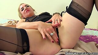 UK milf Kelly Cummins lubes up her arse and starts toying